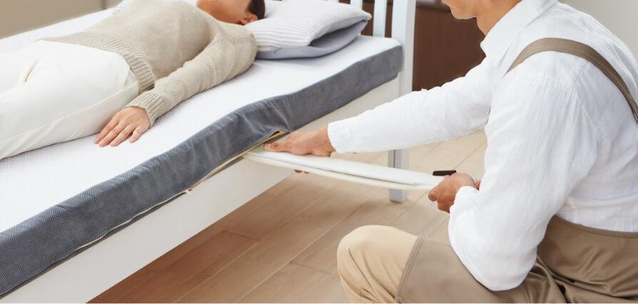寝具の調整をしている写真