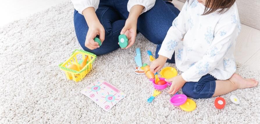 子供と遊んでいる写真