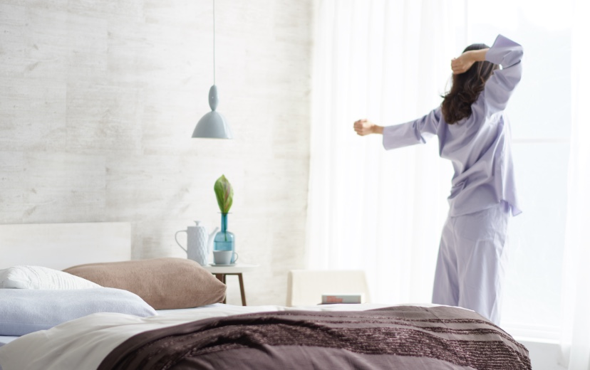 女性が起床している写真