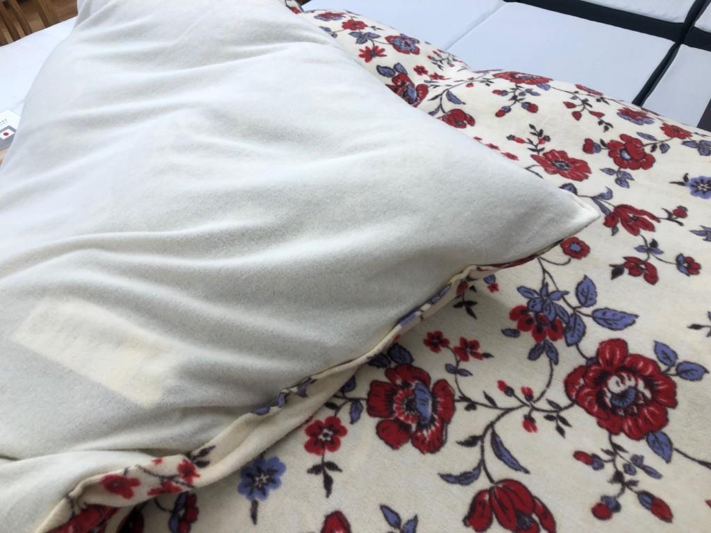 寒がりの方は、毛布はズレて嫌だなという方に。あったか綿素材のタオルカバーです。