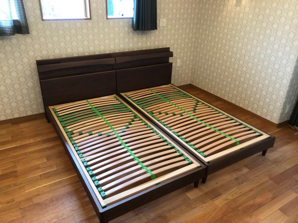 ベッドは床板ウッドスプリング仕様で硬さ調整が可能です。