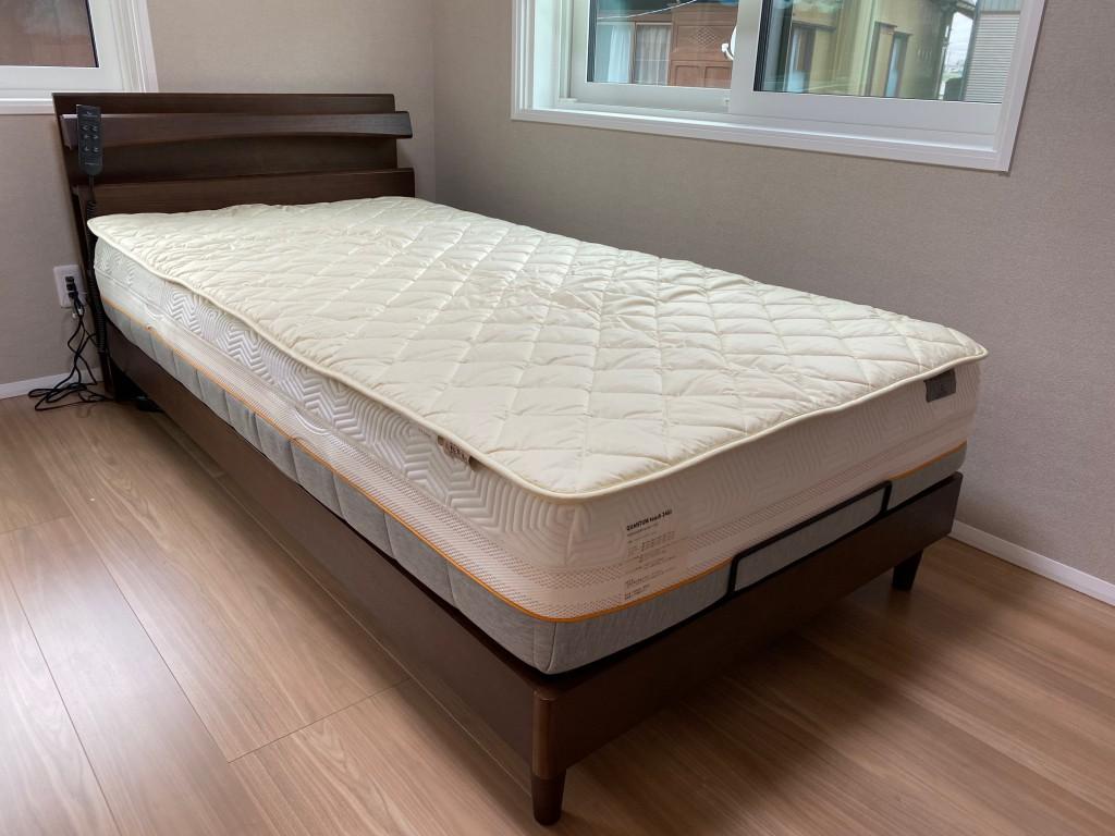 二層式羊毛ベッドパッドは少ししっかり目の寝心地。薄いお布団のような寝心地でお使い頂けます。