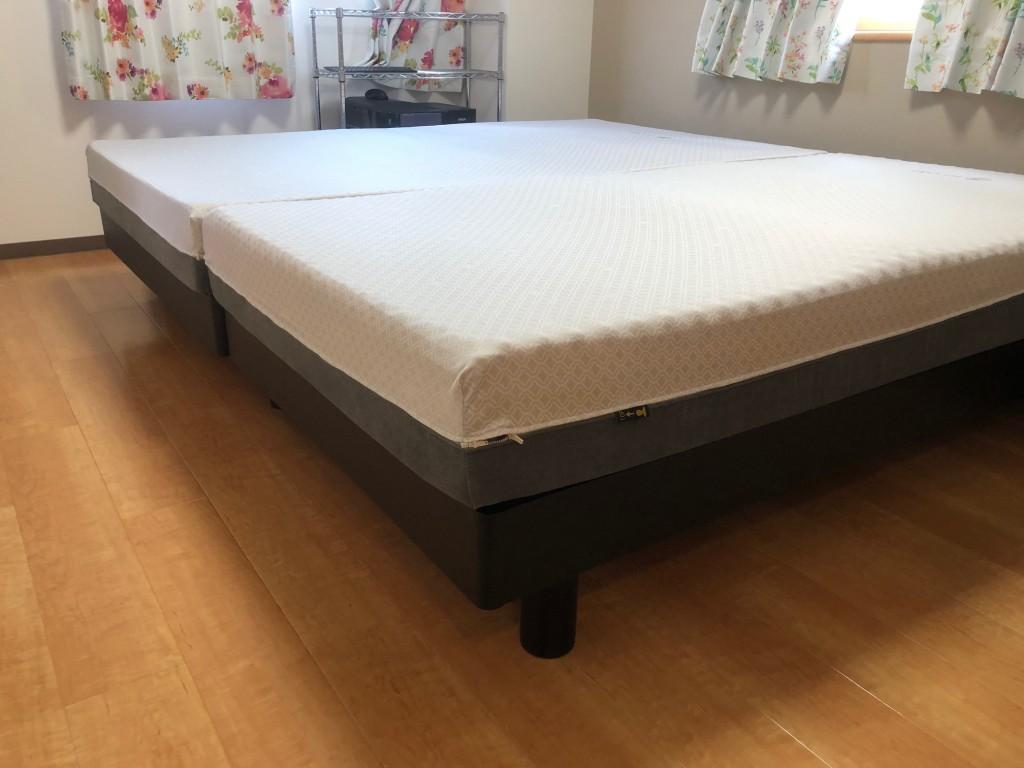 シンプルなデザインのベッドに、FITLABOマットレスを設置。