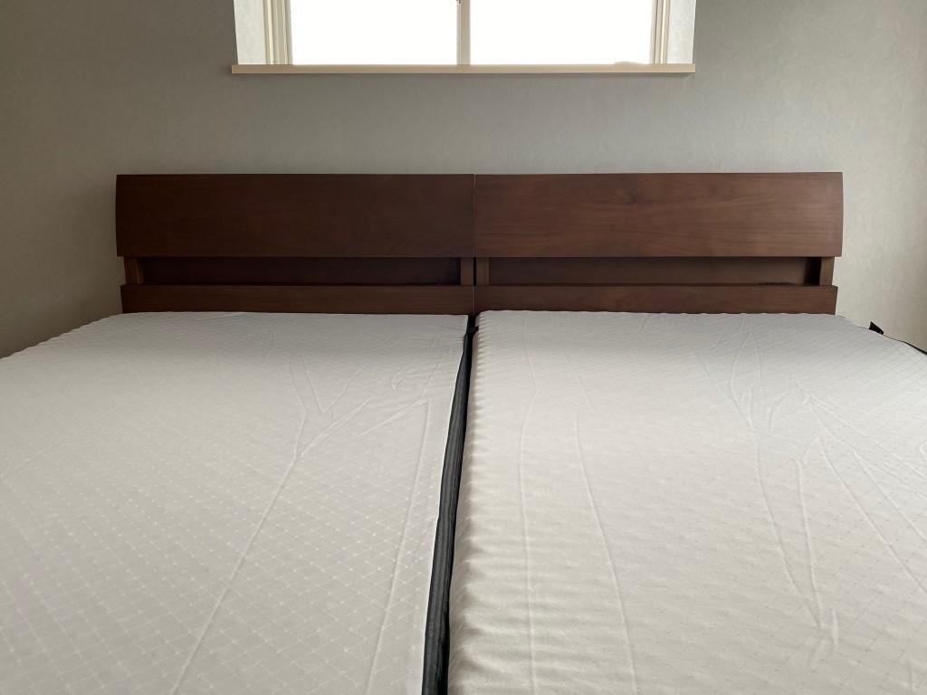 寝室の壁紙は一面だけグレー色でお洒落♪ベッドのブラウン色が映えます!