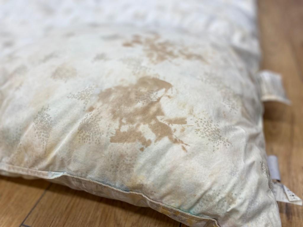 羽毛布団についたシミは、洗っても取れません。