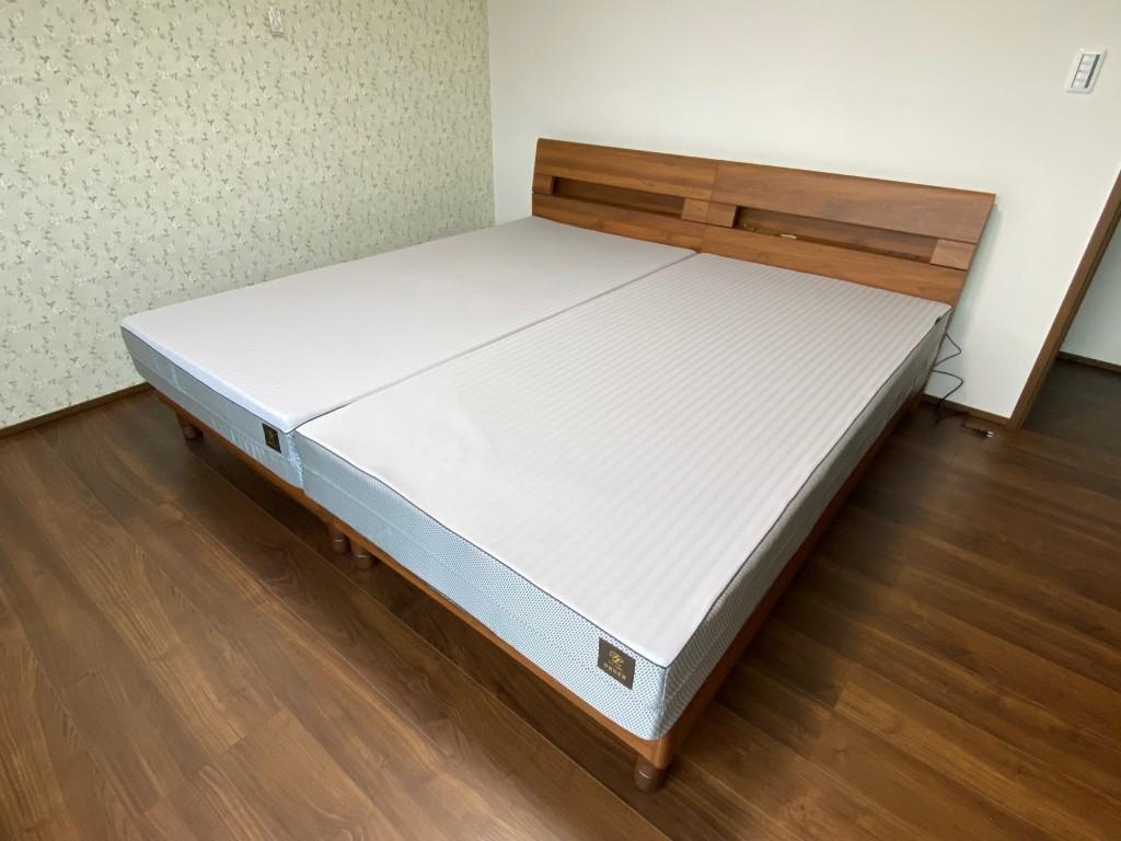 ウォールナット色のベッドフレームは床の色とよく合っています。