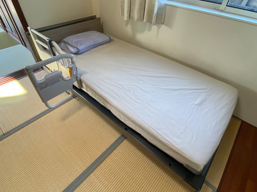和室に電動ベッドを置く際の注意点。畳がへこまないように脚の下に木を渡す。いろんな工夫ができます。