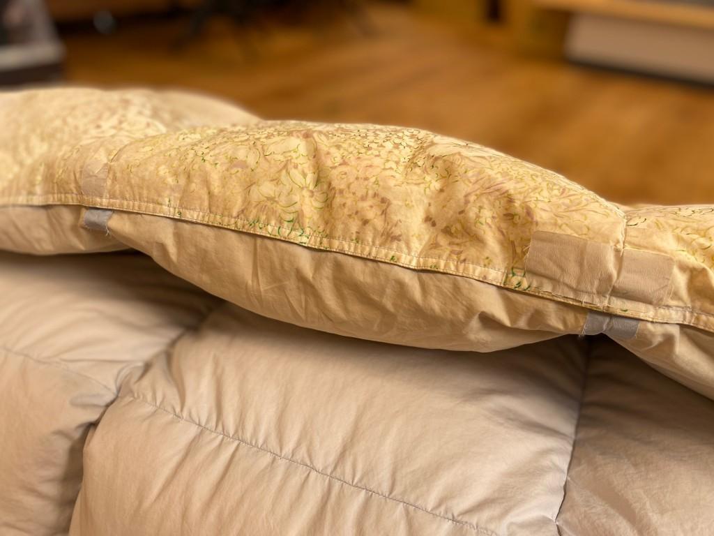 襟元が破れてしまった羽毛布団は、洗うと被害が広がります!適切な修復をしたいですね。羽毛布団打ち直しがおすすめです。