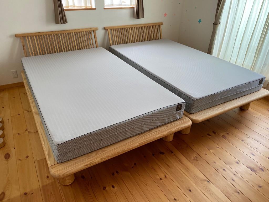 新高間ベッドフレームはホワイトアッシュ無垢材を使用した、ナチュラルなデザイン。高さが6段階に調整できるのも嬉しいポイントです。