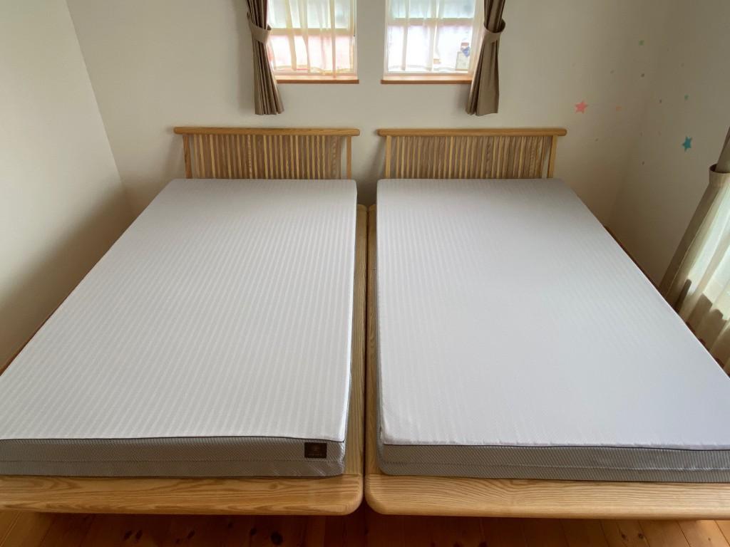無垢材の床板、珪藻土の壁、アルダー無垢のソファやギャベ、天然素材にこだわるO様が選ばれたベッドがこちら。ホワイトアッシュ無垢材の「新高間」&FITLABO「オーダーメイドマットレス」