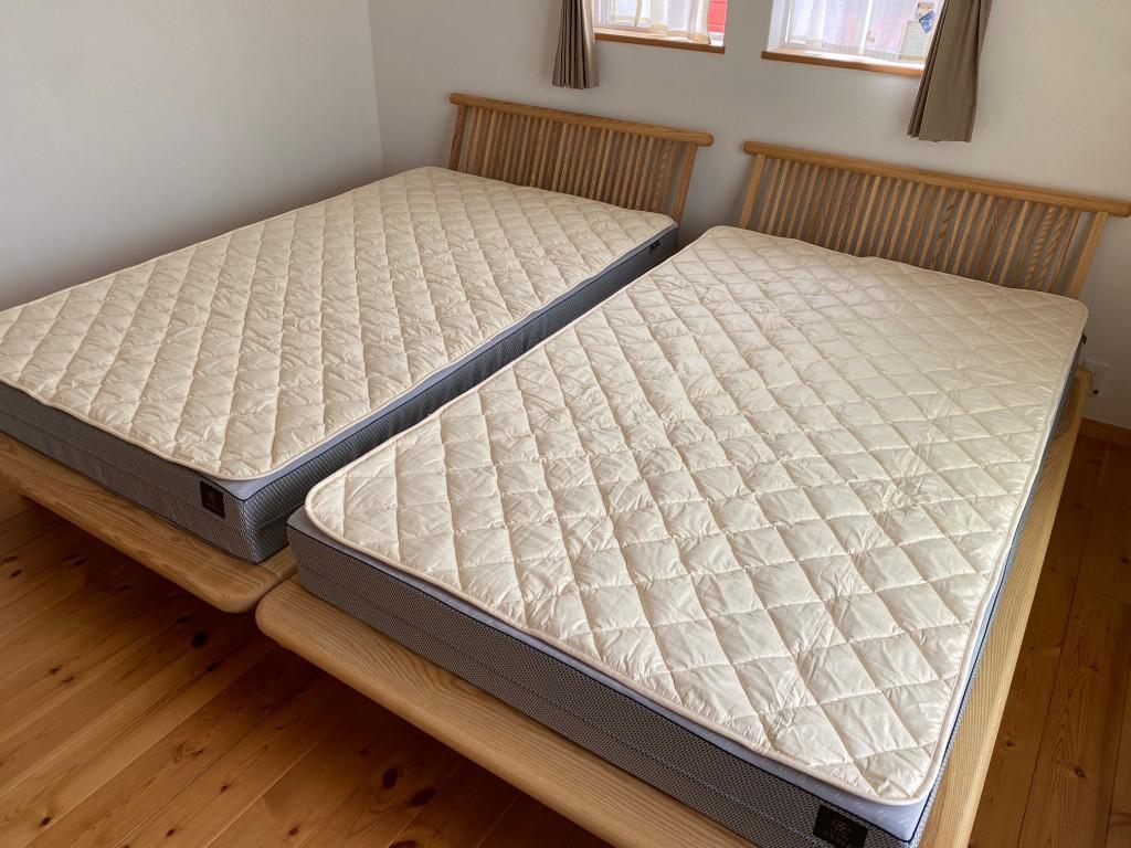 マットレスには天然素材の羊毛ベッドパッドを重ねて使うのがベスト。汗の吸湿発散+保温の効果があり、マットレスが長持ちしますよ。