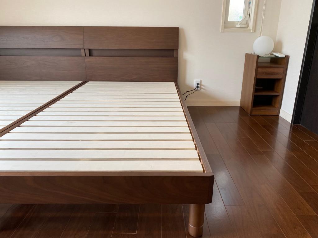 床の色、建具の色と、ベッドフレームの色が良く合い、落ち着いた雰囲気になりました。