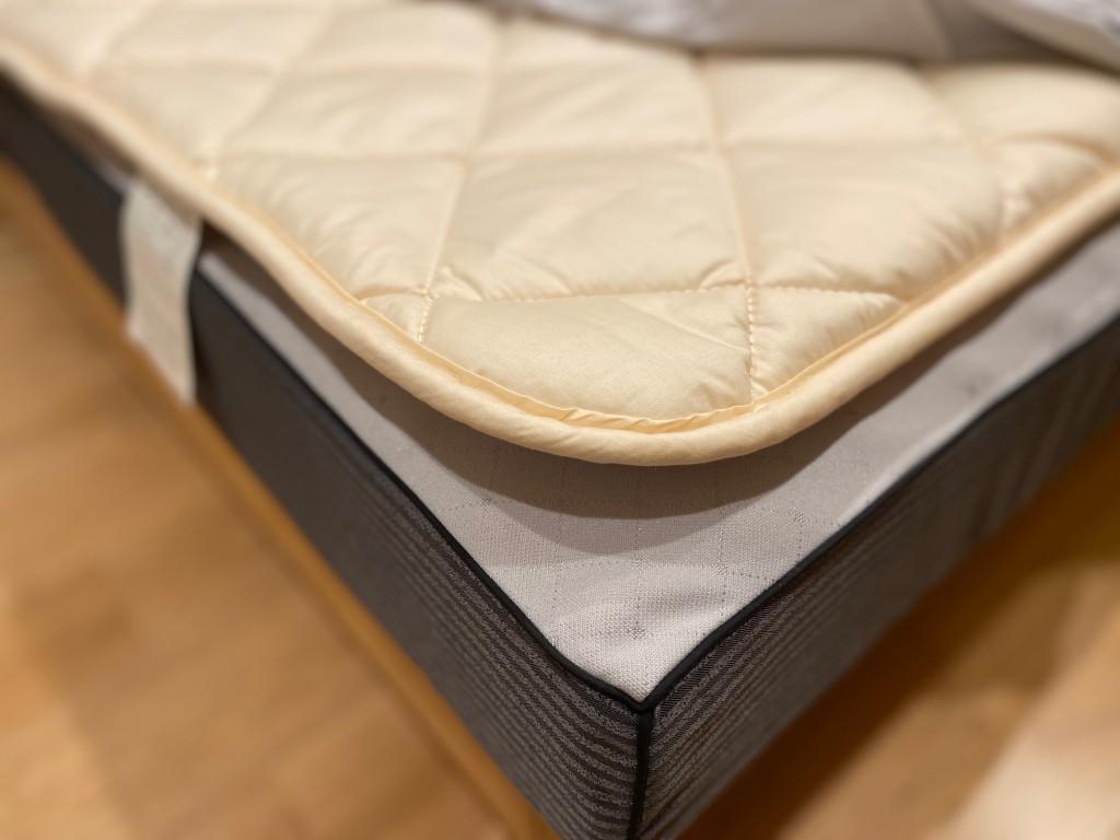 ベッドパッドの意味、それは①吸湿発散②保温力③天日干し、この3つです。素材はウールやキャメルなど、天然素材がおすすめです!